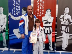 Тренер по тхэквон-до Андрей Макаров и победительница