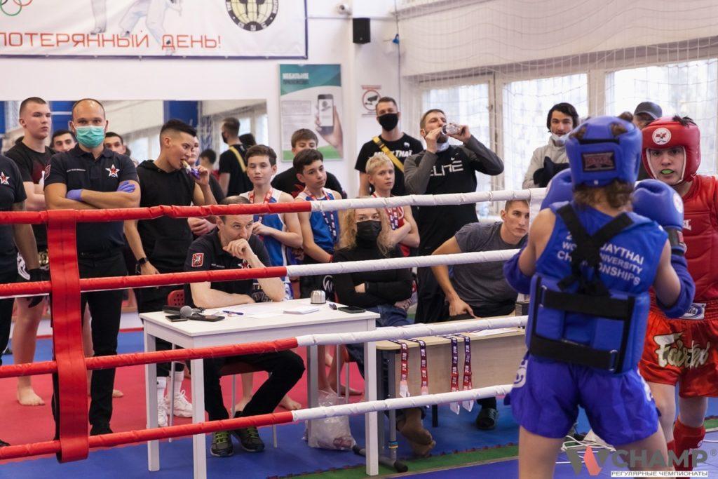 болельщики турнира по тайскому боксу