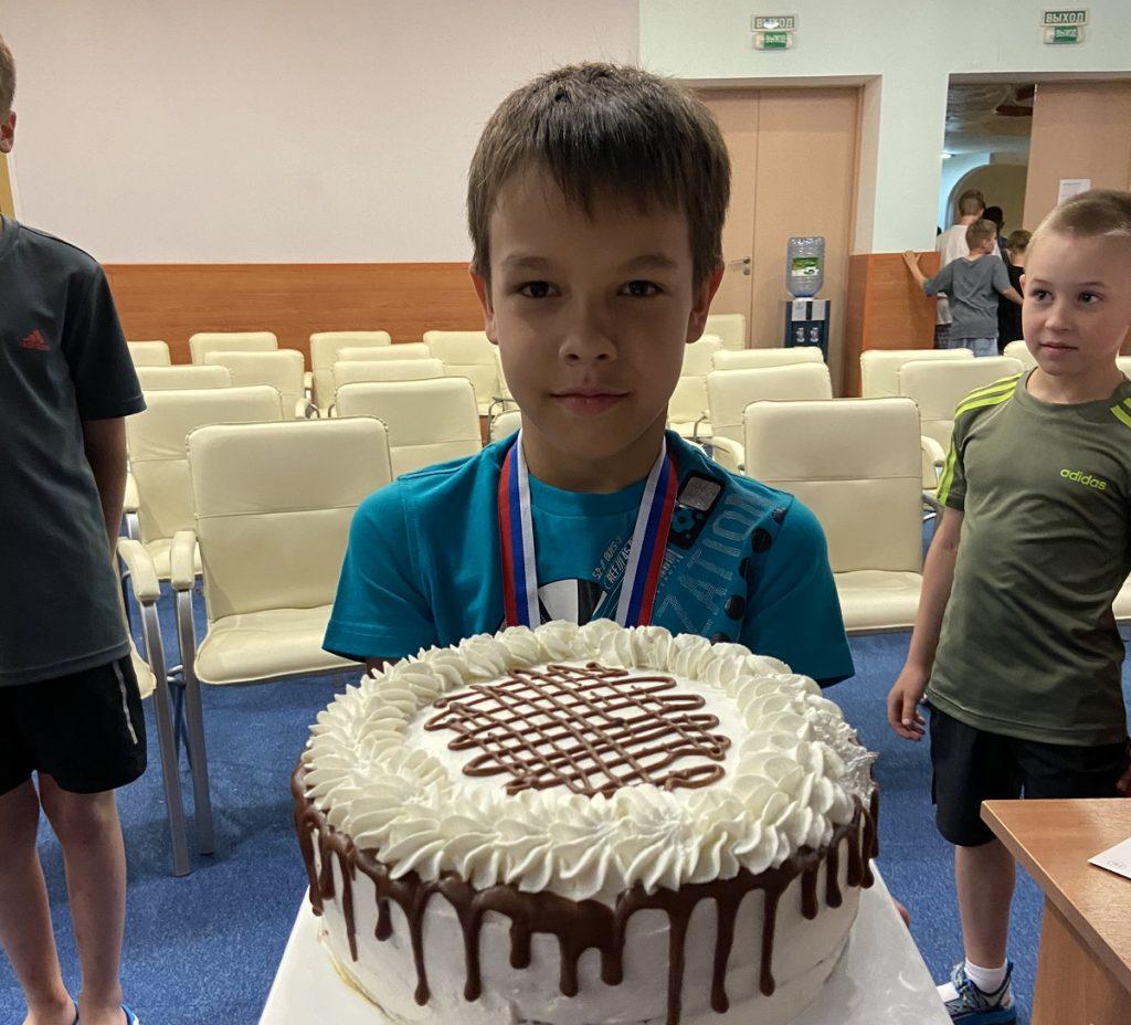 ребенок выиграл торт на спортивных сборах